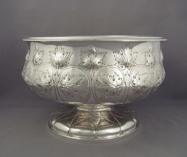 A fine quality Edwardian sterling silver punch bowl by Elkington & Co. hallmarked for Birmingham 1903. Circular with shaped side