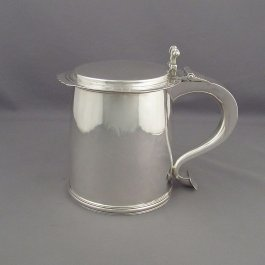 An English sterling silver tankard in the Charles II style by Crichton & Co, London 1934. Cylindrical shape with flat lid and