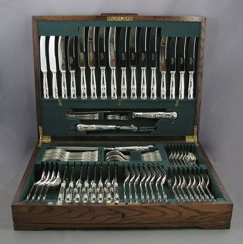 English sterling silver Kings pattern flatware set for eight by Cooper Brothers & Sons, hallmarked Sheffield 1965-67. In the original fitted case, comprising: