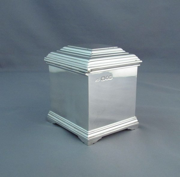 A fine quality English sterling silver tea caddy by Crichton Brothers, hallmarked for London 1936. Rectangular shape, with